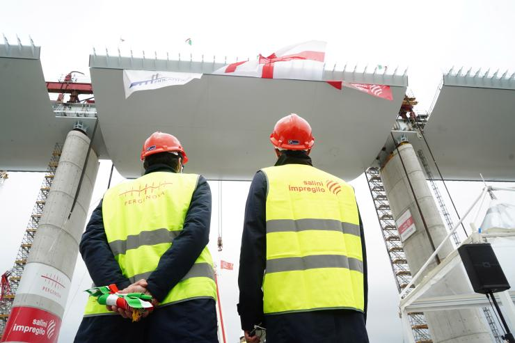 installation of the final span of the new bridge in Genoa