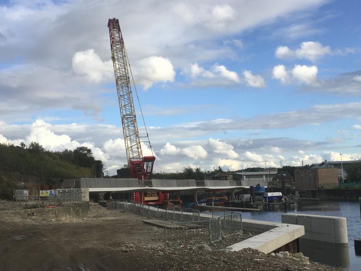 lifting the footbridge at Knostrop Weir